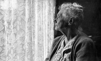 Elderly_Woman_,_B&W_image_by_Chalmers_Butterfield