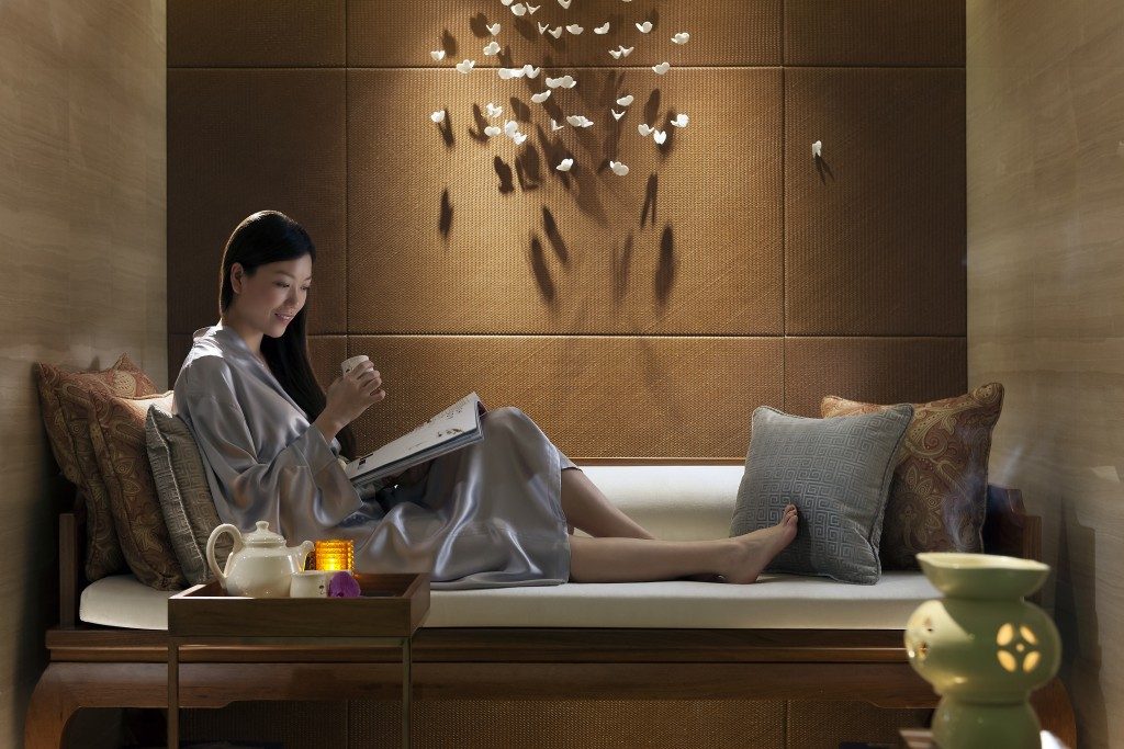 exclusive packages at mandarin oriental hong kong and shanghai. Black Bedroom Furniture Sets. Home Design Ideas